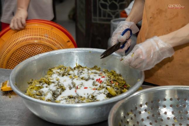 [ẢNH] Một ngày ở bếp chùa phục vụ gần 10.000 suất ăn cho lực lượng tuyến đầu chống dịch ảnh 91