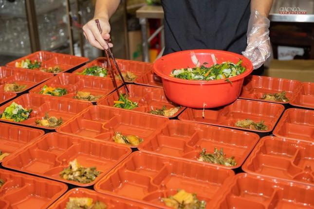 [ẢNH] Một ngày ở bếp chùa phục vụ gần 10.000 suất ăn cho lực lượng tuyến đầu chống dịch ảnh 92