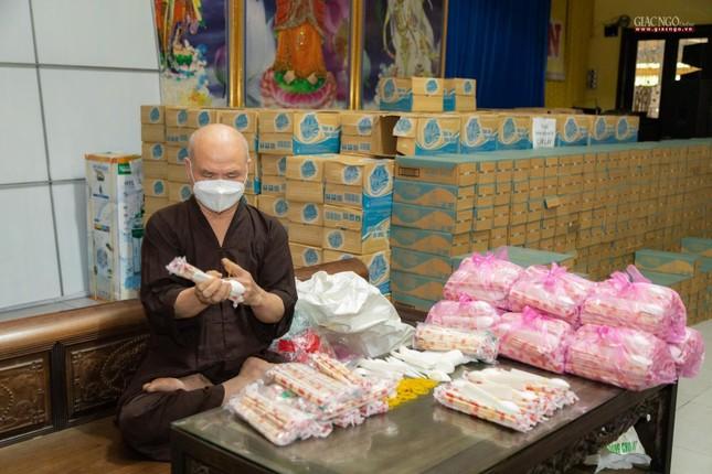 [ẢNH] Một ngày ở bếp chùa phục vụ gần 10.000 suất ăn cho lực lượng tuyến đầu chống dịch ảnh 94