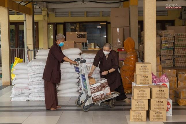 [ẢNH] Một ngày ở bếp chùa phục vụ gần 10.000 suất ăn cho lực lượng tuyến đầu chống dịch ảnh 7