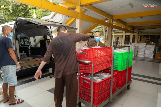 [ẢNH] Một ngày ở bếp chùa phục vụ gần 10.000 suất ăn cho lực lượng tuyến đầu chống dịch ảnh 8
