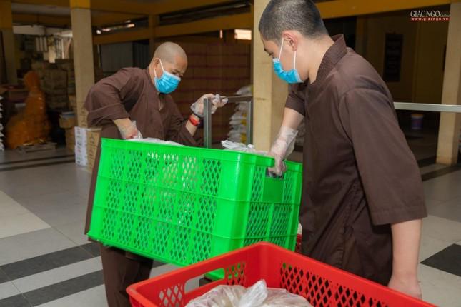 [ẢNH] Một ngày ở bếp chùa phục vụ gần 10.000 suất ăn cho lực lượng tuyến đầu chống dịch ảnh 95