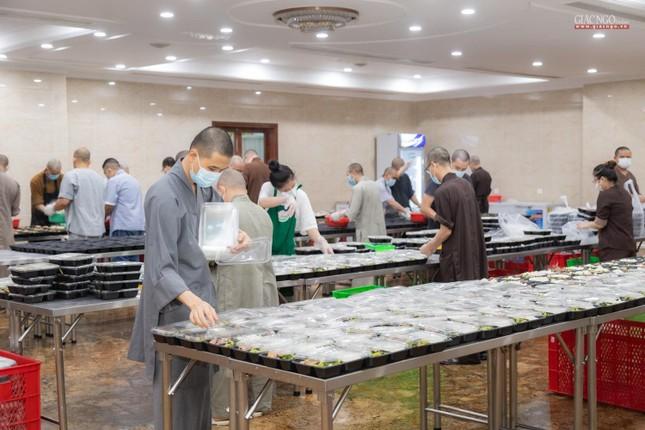 [ẢNH] Một ngày ở bếp chùa phục vụ gần 10.000 suất ăn cho lực lượng tuyến đầu chống dịch ảnh 96