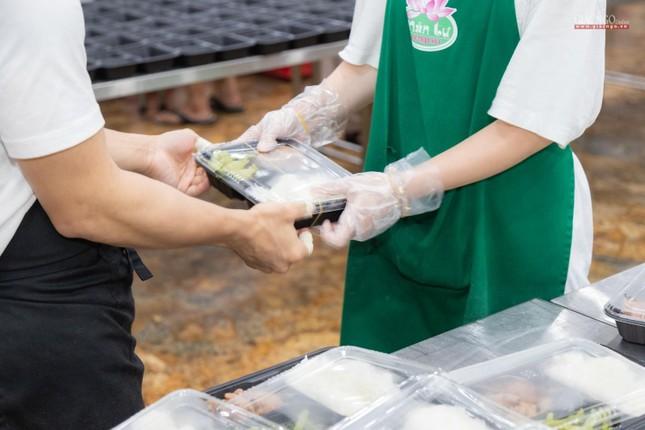 [ẢNH] Một ngày ở bếp chùa phục vụ gần 10.000 suất ăn cho lực lượng tuyến đầu chống dịch ảnh 97