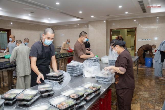 [ẢNH] Một ngày ở bếp chùa phục vụ gần 10.000 suất ăn cho lực lượng tuyến đầu chống dịch ảnh 98