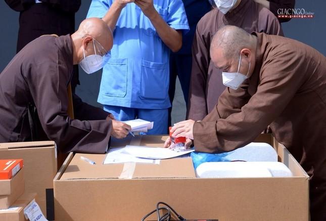 Ban Trị sự Phật giáo TP.HCM hỗ trợ máy X-quang cho Bệnh viện Dã chiến số 10 ảnh 8