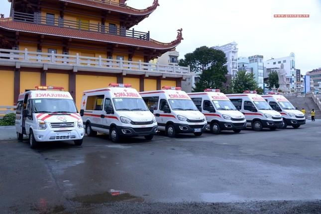 Ban Trị sự Phật giáo TP.HCM tiếp tục tổ chức trao tặng 10 xe cứu thương đến các bệnh viện ảnh 9