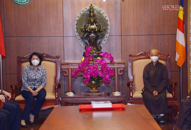 Ban Trị sự Phật giáo TP.HCM tiếp tục tổ chức trao tặng 10 xe cứu thương đến các bệnh viện ảnh 2