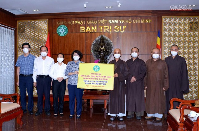 Ban Trị sự Phật giáo TP.HCM tiếp tục tổ chức trao tặng 10 xe cứu thương đến các bệnh viện ảnh 8