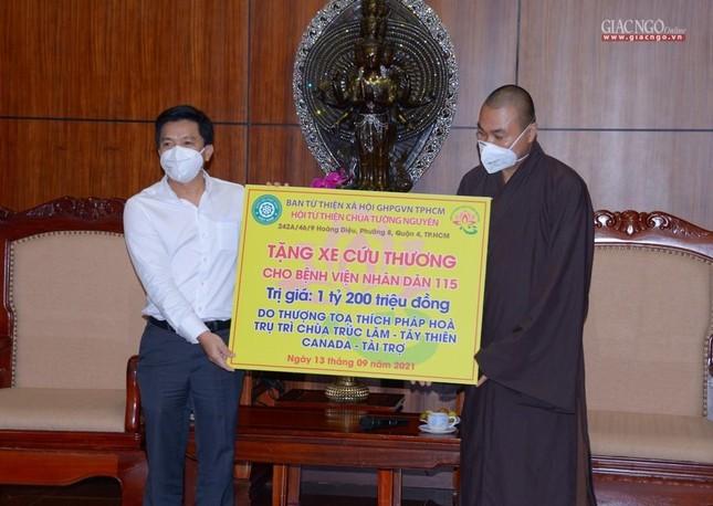 Ban Trị sự Phật giáo TP.HCM tiếp tục tổ chức trao tặng 10 xe cứu thương đến các bệnh viện ảnh 11