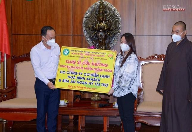 Ban Trị sự Phật giáo TP.HCM tiếp tục tổ chức trao tặng 10 xe cứu thương đến các bệnh viện ảnh 13