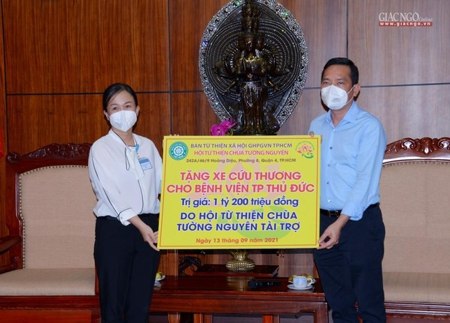 Ban Trị sự Phật giáo TP.HCM tiếp tục tổ chức trao tặng 10 xe cứu thương đến các bệnh viện ảnh 15