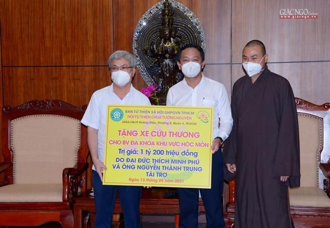 Ban Trị sự Phật giáo TP.HCM tiếp tục tổ chức trao tặng 10 xe cứu thương đến các bệnh viện ảnh 16