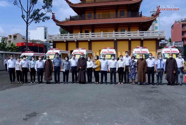 Ban Trị sự Phật giáo TP.HCM tiếp tục tổ chức trao tặng 10 xe cứu thương đến các bệnh viện ảnh 20