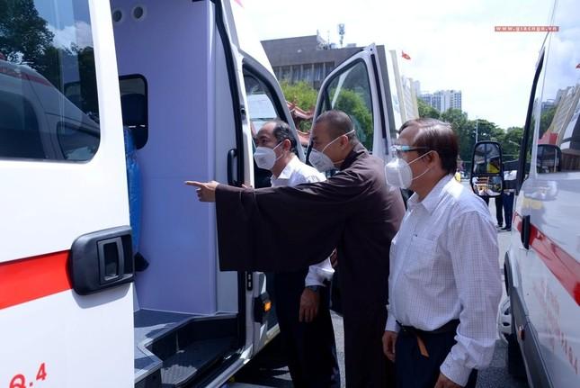 Ban Trị sự Phật giáo TP.HCM tiếp tục tổ chức trao tặng 10 xe cứu thương đến các bệnh viện ảnh 21