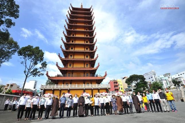 Ban Trị sự Phật giáo TP.HCM tiếp tục tổ chức trao tặng 10 xe cứu thương đến các bệnh viện ảnh 24