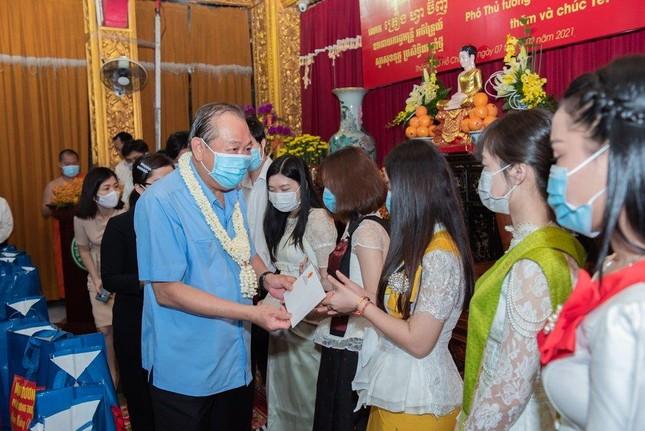 Phó Thủ tướng Thường trực Trương Hòa Bình thăm và tặng quà tại chùa Chantarangsay ảnh 4
