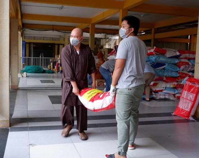 Ban Từ thiện - Xã hội Phật giáo TP.HCM hỗ trợ hơn 12.000 phần quà tại các khu cách ly ảnh 1