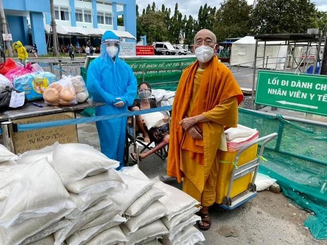 Tịnh xá Trung Tâm trao hơn 2.000 phần quà hỗ trợ bà con khó khăn mùa dịch ảnh 1