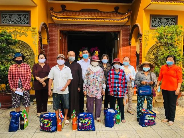 Các hoạt động tặng quà Tết đến người nghèo, học sinh ảnh 1
