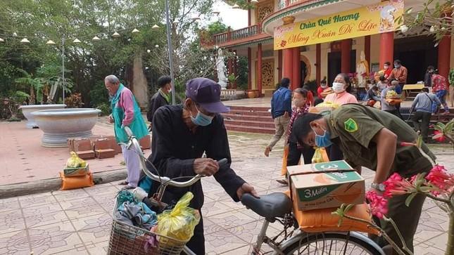 Các hoạt động tặng quà Tết đến người nghèo, học sinh ảnh 3
