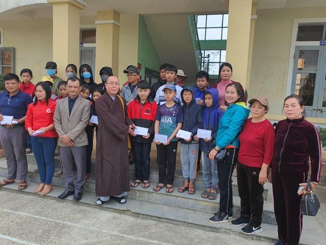Chùa Hải Quang, Kim Nại tặng nhà tình thương, quà Tết đến gia đình nghèo ảnh 1