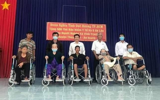 Nhóm thiện nguyện tặng 5 xe lăn đến người khuyết tật nghèo ảnh 1