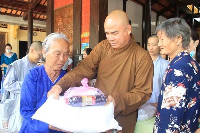 Chùa Phước Long tặng 200 phần quà đến người nghèo trong huyện ảnh 1