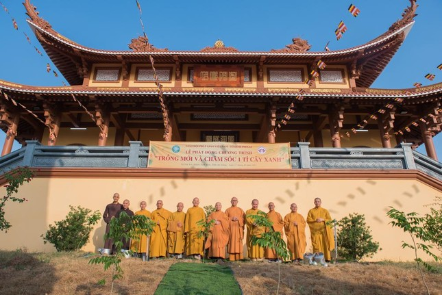 Hoà thượng Chủ tịch Hội đồng Trị sự trồng cây tại tổ đình Phi Lai ảnh 1