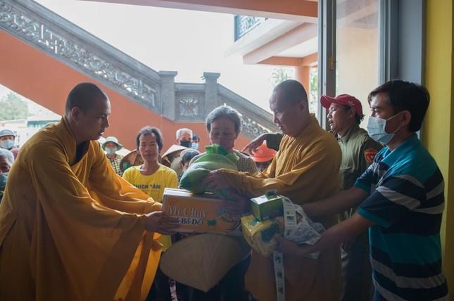Hoà thượng Chủ tịch Hội đồng Trị sự trồng cây tại tổ đình Phi Lai ảnh 2