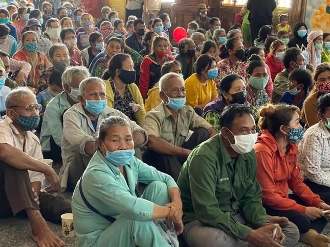 Ban TTXH Phật giáo TP.HCM, nhóm Chia Sẻ - Sharing trao quà vùng biên giới ảnh 2