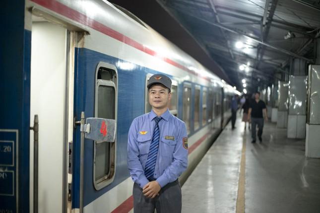 Những chuyến tàu ồn ào và lặng lẽ đến rồi đi ảnh 2