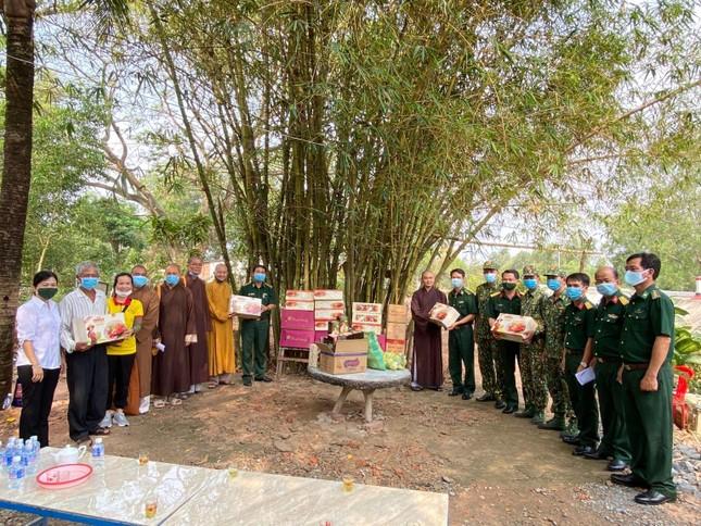 Long An: Tặng quà tại các đồn biên phòng của 6 huyện thị ảnh 2