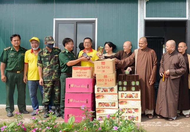 Long An: Tặng quà tại các đồn biên phòng của 6 huyện thị ảnh 1
