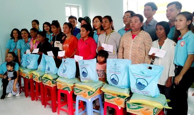 Tặng quà đến 50 hộ đồng bào dân tộc nghèo, cận nghèo ảnh 1