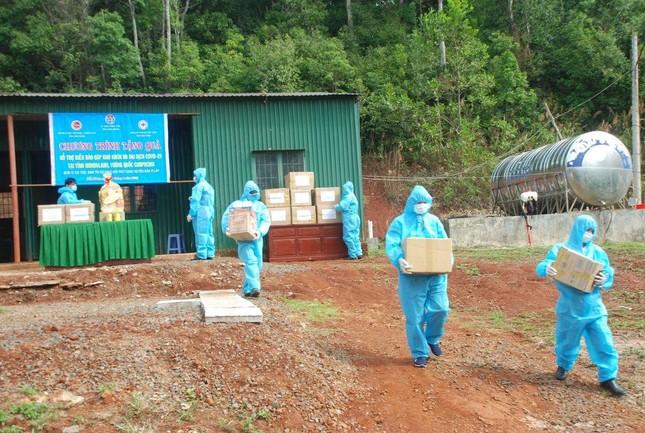 Đắk Nông: Ban Trị sự huyện Đắk R'lấp tặng 150 suất quà đến kiều bào Campuchia ảnh 1