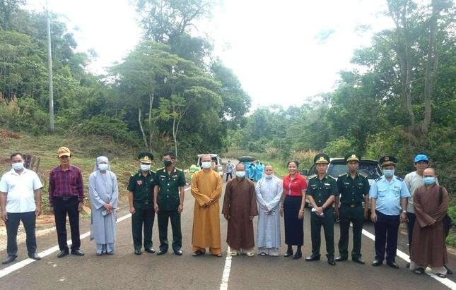 Đắk Nông: Ban Trị sự huyện Đắk R'lấp tặng 150 suất quà đến kiều bào Campuchia ảnh 2
