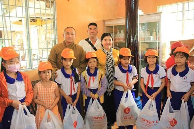 Các chùa tặng quà đến người khiếm thị, khuyết tật và học sinh nghèo ảnh 1