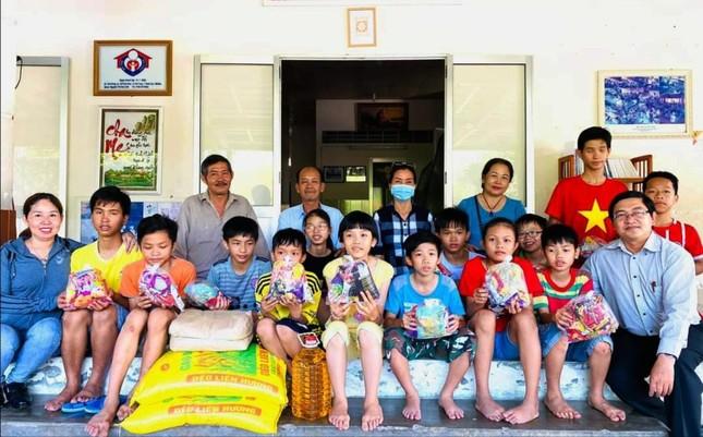 Tặng quà đến trẻ em có hoàn cảnh đặc biệt khó khăn ảnh 1