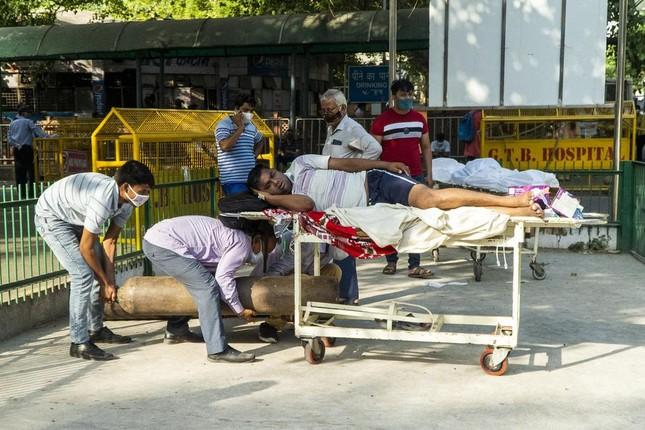 Chùm ảnh hiện thực dịch bệnh kinh hoàng ở Ấn Độ, dưới mỗi đống củi là một xác bệnh nhân - Ảnh 4.
