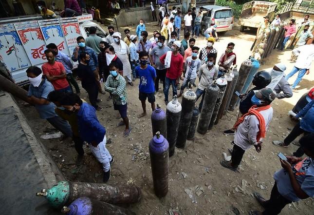 Chùm ảnh hiện thực dịch bệnh kinh hoàng ở Ấn Độ, dưới mỗi đống củi là một xác bệnh nhân - Ảnh 2.
