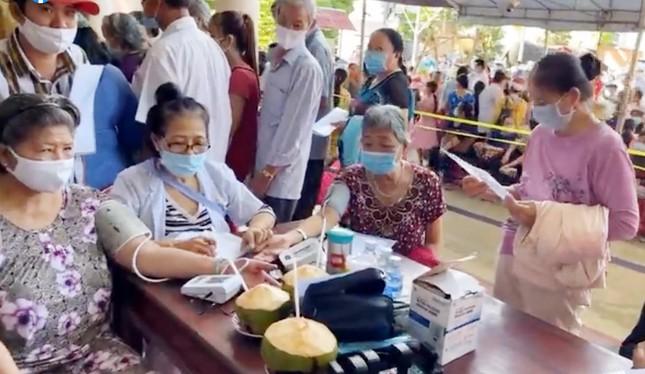 Bàn giao 9 nhà tình thương, khám bệnh cho 2.000 người khó khăn tại Bến Tre ảnh 1