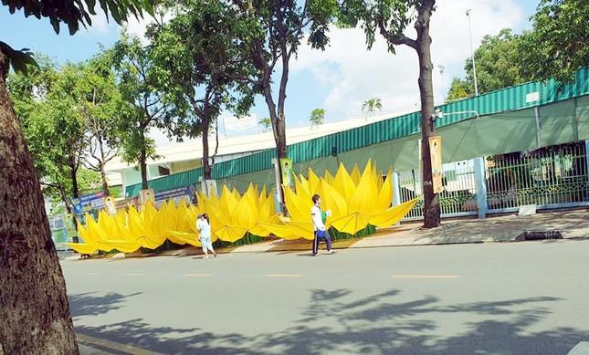 TP.HCM: Sắc sen vàng Kính mừng Phật đản Phật lịch 2565 trên kênh Nhiêu Lộc ảnh 2