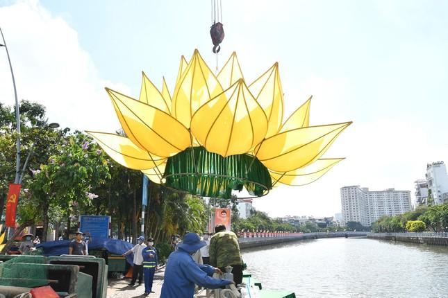 TP.HCM: Sắc sen vàng Kính mừng Phật đản Phật lịch 2565 trên kênh Nhiêu Lộc ảnh 6