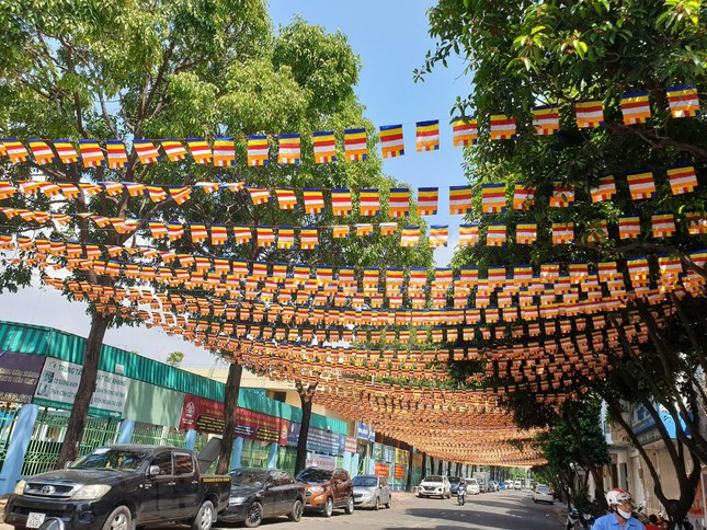 TP.HCM: Sắc sen vàng Kính mừng Phật đản Phật lịch 2565 trên kênh Nhiêu Lộc ảnh 13