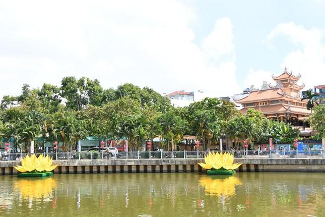 TP.HCM: Sắc sen vàng Kính mừng Phật đản Phật lịch 2565 trên kênh Nhiêu Lộc ảnh 10