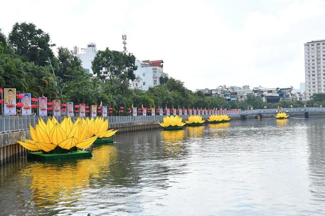TP.HCM: Sắc sen vàng Kính mừng Phật đản Phật lịch 2565 trên kênh Nhiêu Lộc ảnh 9
