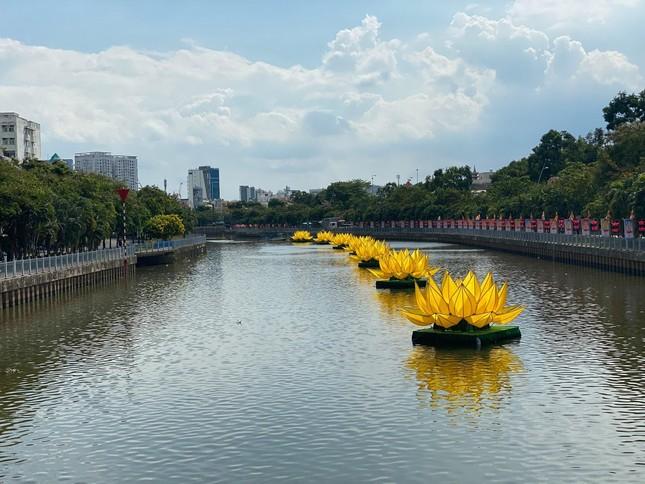 TP.HCM: Sắc sen vàng Kính mừng Phật đản Phật lịch 2565 trên kênh Nhiêu Lộc ảnh 11