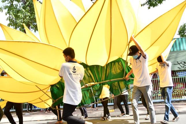TP.HCM: Sắc sen vàng Kính mừng Phật đản Phật lịch 2565 trên kênh Nhiêu Lộc ảnh 3