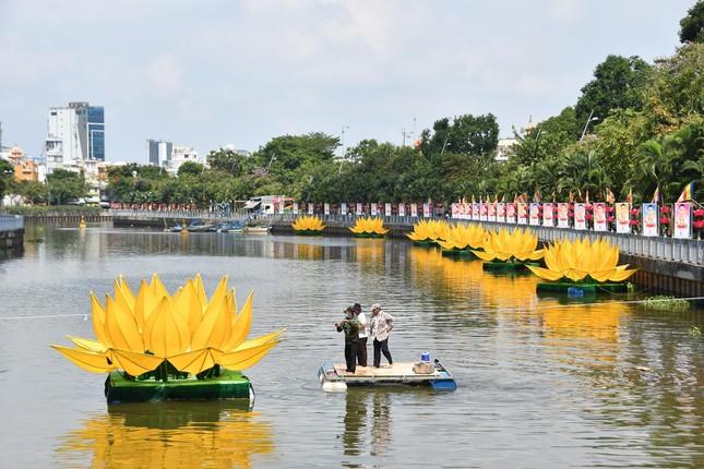 TP.HCM: Sắc sen vàng Kính mừng Phật đản Phật lịch 2565 trên kênh Nhiêu Lộc ảnh 8